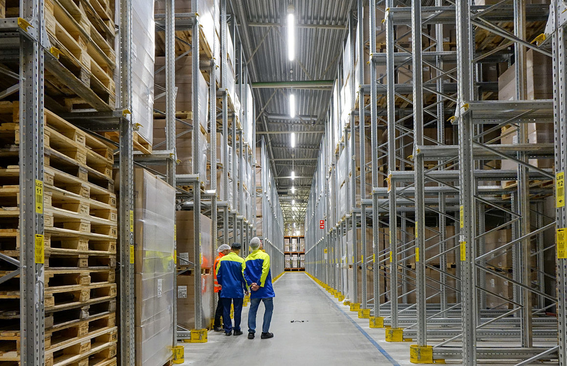 Smart logistics lighting: The optics of the luminaires were chosen to fit the high ceiling warehouse with long aisles. Special attention was given to the vertical surfaces of the shelves, which are now much brighter while glare is kept at a minimum.