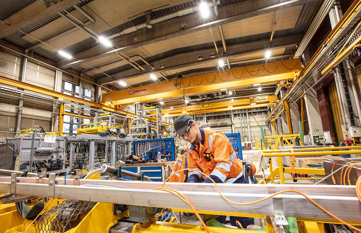 Ledningen på Outotec Turula ville förbättra belysningsförhållandena i anläggningen eftersom man visste att belysningen har en betydande inverkan på arbetssäkerhet och produktivitet.