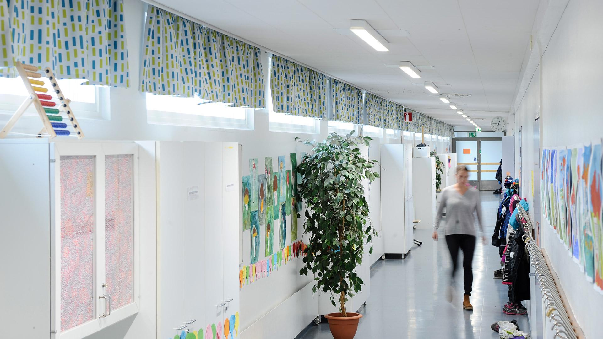 ALG2_school_corridor