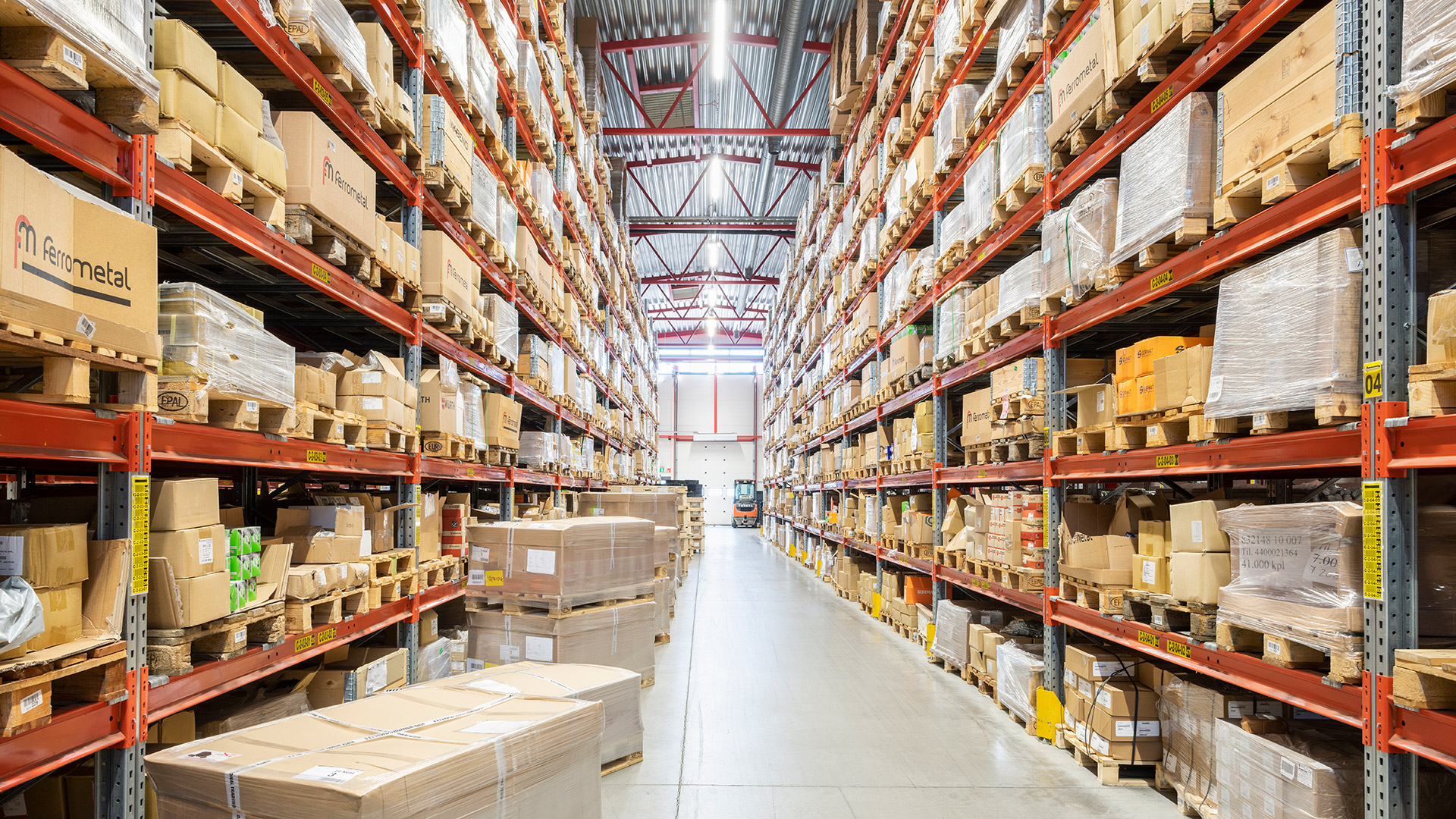For the lighting systems of logistics halls, select optics that suit the narrow, tall aisles.